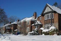 在一条郊区街道上的冬天场面 图库摄影