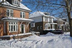 在一条郊区街道上的冬天场面 库存照片