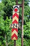 在一条铁路轨道旁边的箭头和红灯标志 库存图片