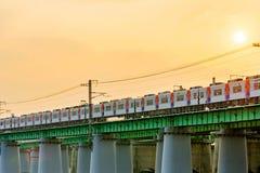 在一条铁路轨道的火车 免版税库存图片