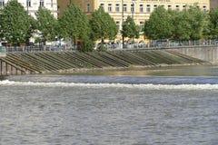 在一条镇静河的小测流堰 免版税库存照片