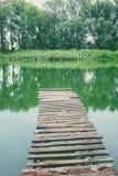 在一条镇静河的码头在夏天 木码头桥梁 图库摄影