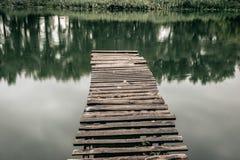 在一条镇静河的码头在夏天 木码头桥梁 库存图片