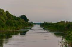 在一条镇静河的黄色和红色日落 免版税图库摄影