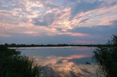 在一条镇静河的黄色和红色日落 免版税库存照片