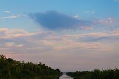 在一条镇静河的黄色和红色日落 库存图片