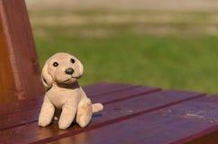在一条长凳忘记的玩具在公园 库存照片