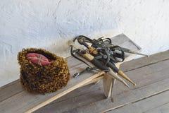 在一条长凳的几把匕首在一个哥萨克帽子附近 免版税库存图片