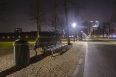 在一条长凳的看法在海牙市中心。 免版税库存照片