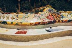 在一条长凳的马赛克在公园Guell Gaudi 巴塞罗那 西班牙 免版税图库摄影
