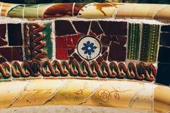 在一条长凳的马赛克在公园Guell Gaudi 巴塞罗那 西班牙 免版税库存图片