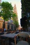 在一条静街的Ozy咖啡馆有对我们的夫人Dutch大教堂的塔的美丽如画的看法:Onze辛迪里夫Vrouwekathedraal 免版税库存图片