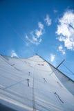 在一条风船的白色风帆反对天空在一个晴朗的夏日 图库摄影