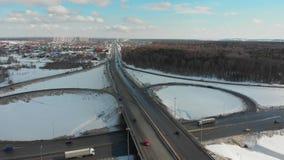 在一条高速公路的一张鸟瞰图在冬天 大交通互换 股票视频