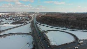 在一条高速公路的一张鸟瞰图在冬天 汽车堵塞公路交通 大交通互换 股票录像