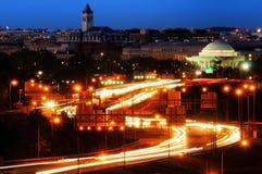 在一条高速公路的业务量在晚上 免版税库存图片