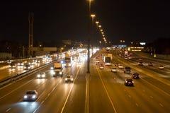 在一条高速公路的业务量在晚上 免版税库存照片