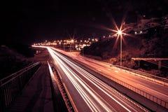在一条高速公路的光足迹在nigth 免版税库存照片