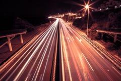在一条高速公路的光足迹在nigth 库存照片
