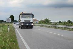 在一条高速公路的卡车在罗维戈 免版税库存照片