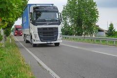 在一条高速公路的卡车在罗维戈 免版税库存图片