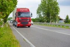 在一条高速公路的卡车在罗维戈 库存照片