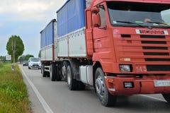 在一条高速公路的卡车在罗维戈 图库摄影