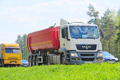 在一条高速公路的卡车在莫斯科地区 免版税库存照片