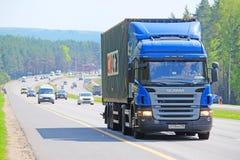 在一条高速公路的卡车在莫斯科地区 库存图片