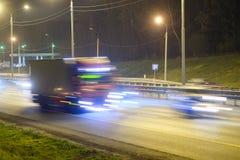 在一条高速公路的卡车夜 库存图片