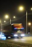 在一条高速公路的卡车夜 图库摄影