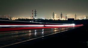 在一条高速公路的汽车光在晚上 免版税图库摄影