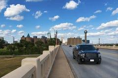 在一条高速公路的汽车在市达拉斯的郊区在得克萨斯 免版税库存图片