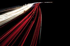 在一条高速公路的汽车灯光管制线在交通堵塞期间在晚上 免版税库存照片