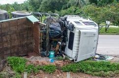 在一条高速公路的被弄翻的卡车在事故 免版税库存图片