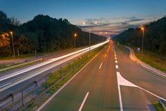 在一条高速公路的长的曝光照片在黄昏 图库摄影