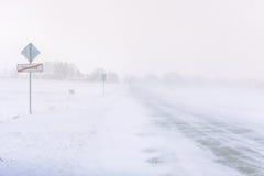 在一条高速公路的雪风暴在白天 免版税图库摄影