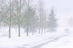 在一条高速公路的雪风暴在白天 免版税库存图片