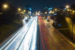 在一条高速公路的高峰时间在大城市 免版税库存照片