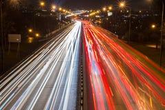 在一条高速公路的高峰时间在大城市 免版税库存图片