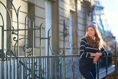 在一条巴黎人街道上的女孩 免版税库存照片