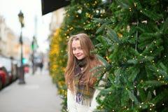 在一条巴黎人街道上的快乐的女孩 免版税库存图片