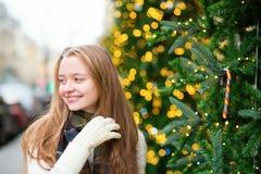 在一条巴黎人街道上的快乐的女孩 免版税库存照片