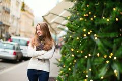 在一条巴黎人街道上的快乐的女孩 库存图片
