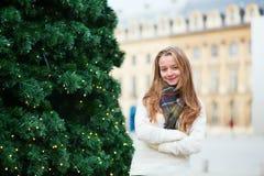 在一条巴黎人街道上的快乐的女孩 图库摄影
