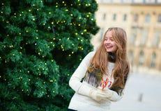 在一条巴黎人街道上的快乐的女孩 库存照片