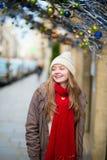 在一条巴黎人街道上的快乐的女孩 免版税图库摄影