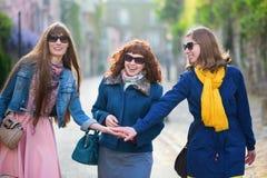 在一条巴黎人街道上的愉快的朋友 库存图片