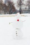 在一条巴黎人街道上的雪人 免版税库存图片