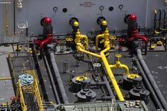 在一条给加油的小船的五颜六色的管子 库存图片